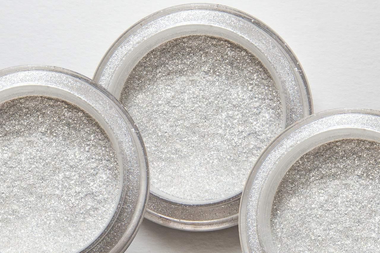 Imagem de frascos de glitter biodegradável em pó.
