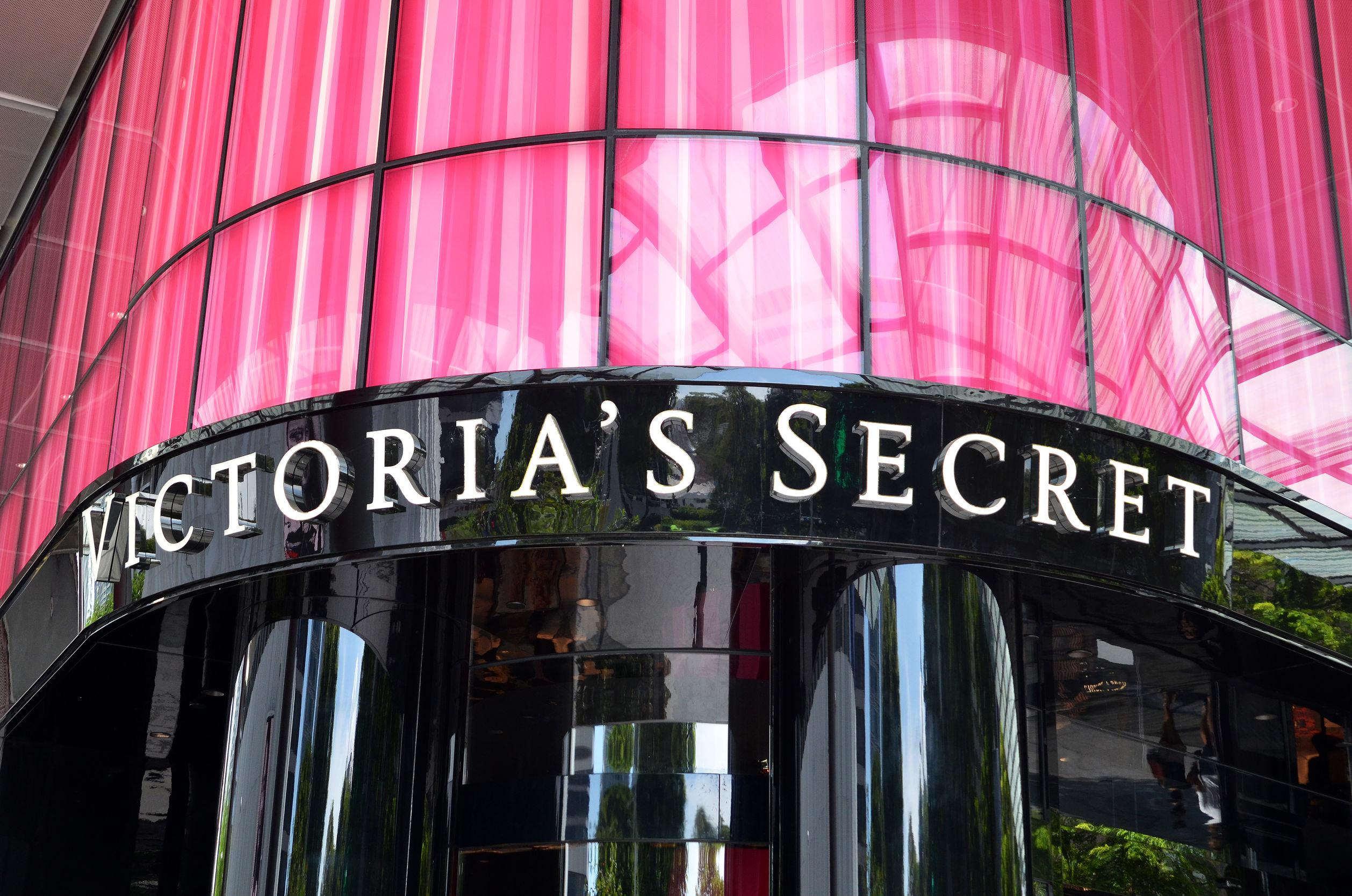 Foto mostra a fachada de uma loja da Victoria's Secret.
