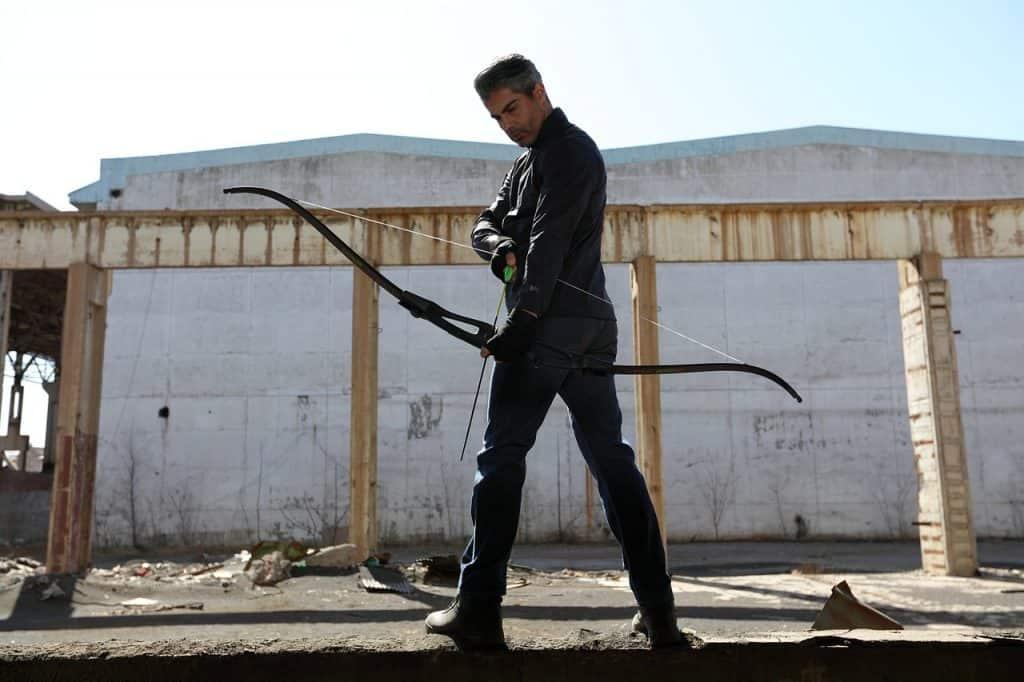 Homem com arco e flecha.