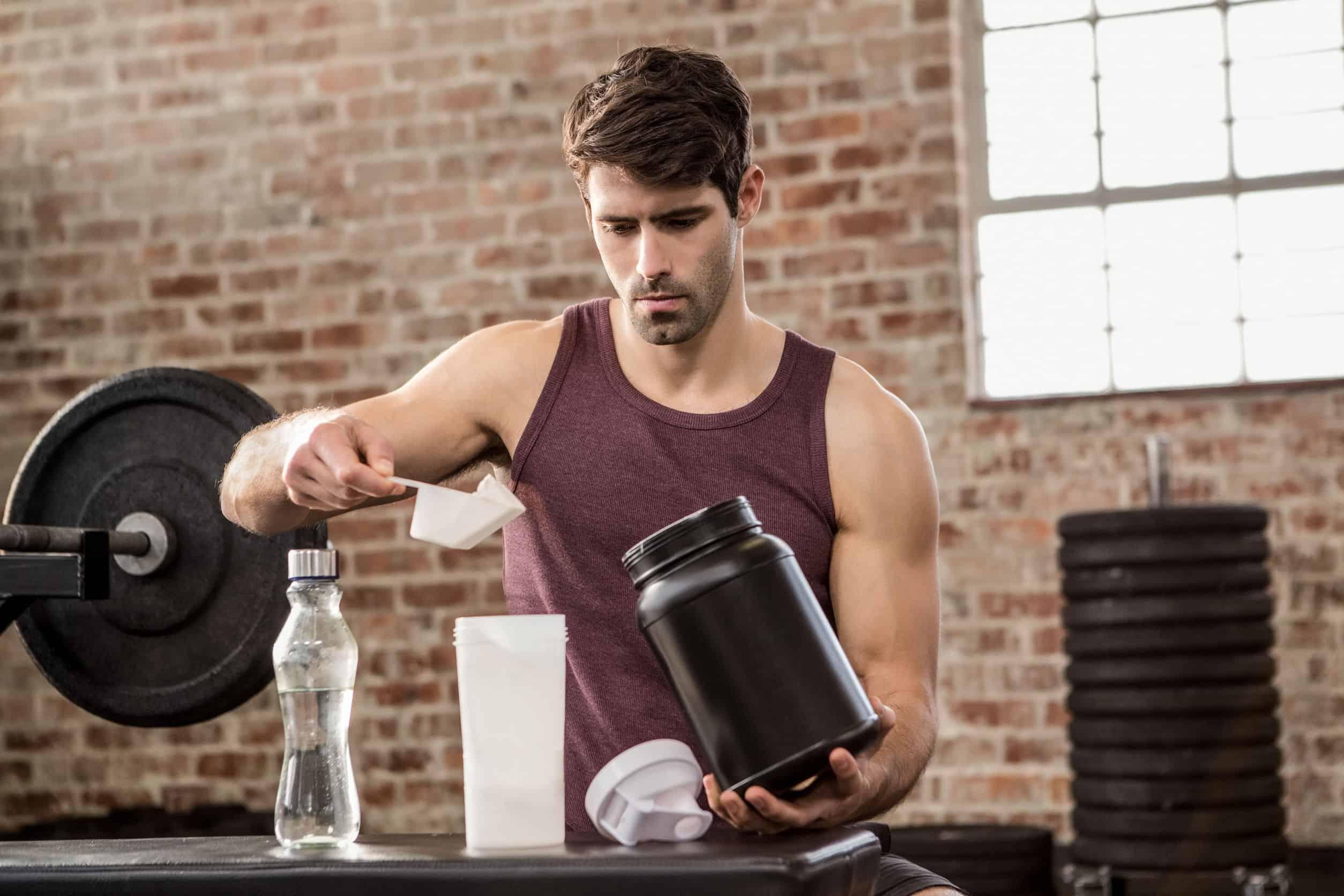 Imagem de um homem preparando um suplemento.