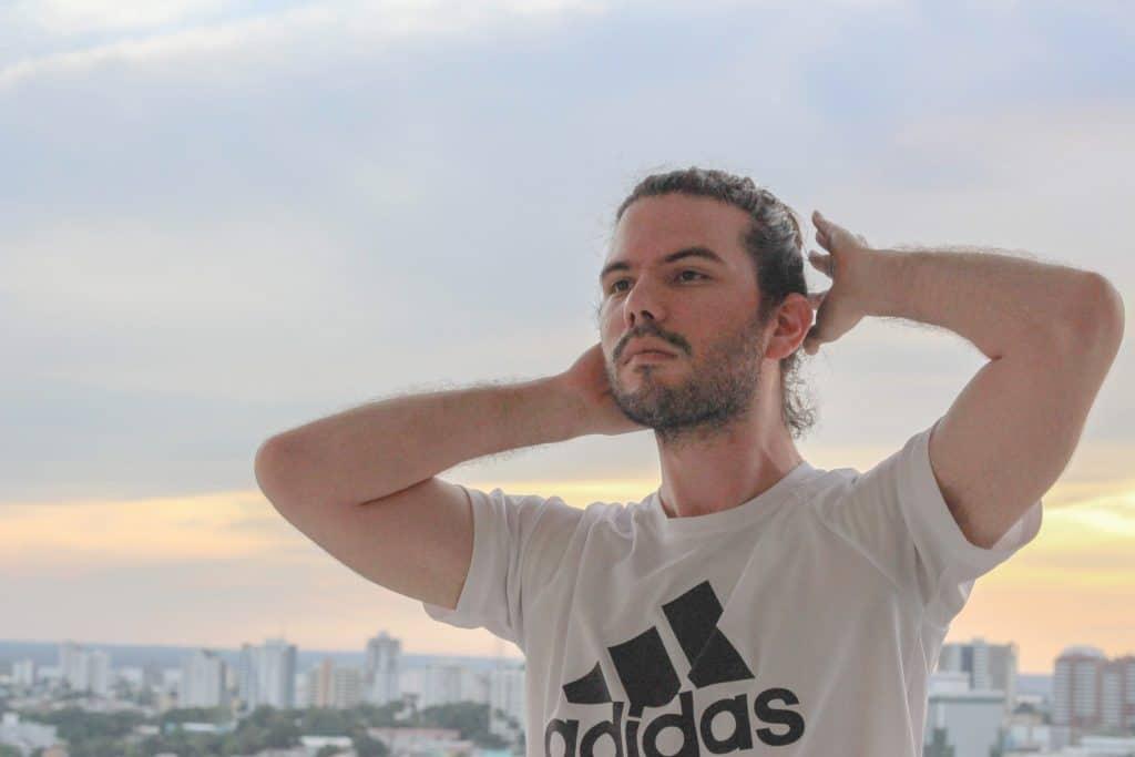 Imagem de um homem vestido com uma camiseta Adidas.