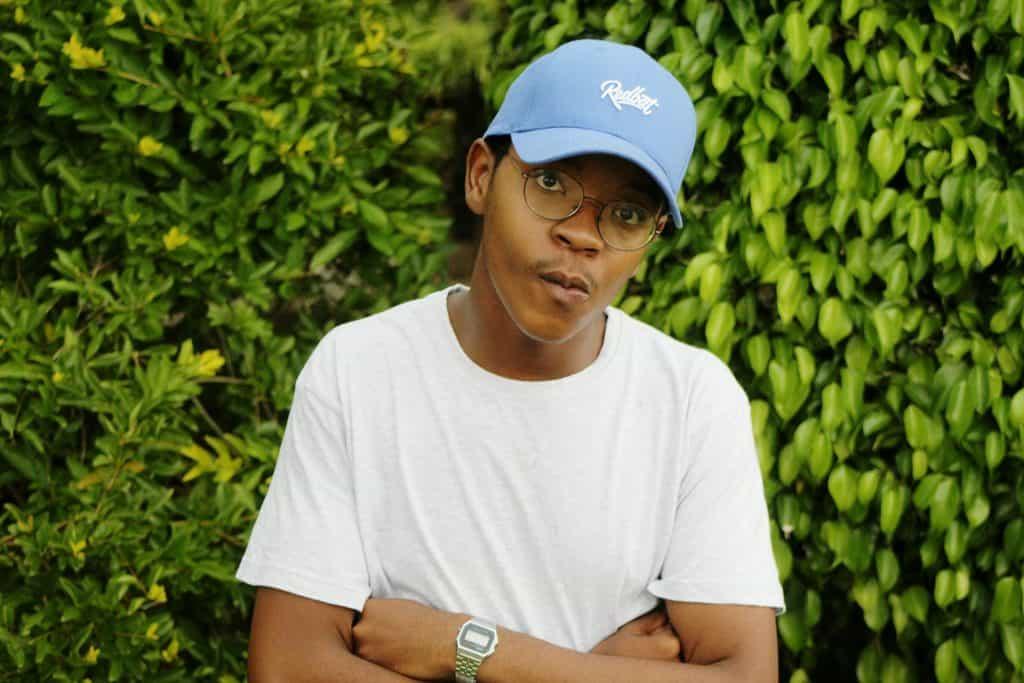 Imagem mostra um homem, de boné, camiseta e relógio Casio no pulso esquerdo, com os braços cruzados, olhando para a câmera.