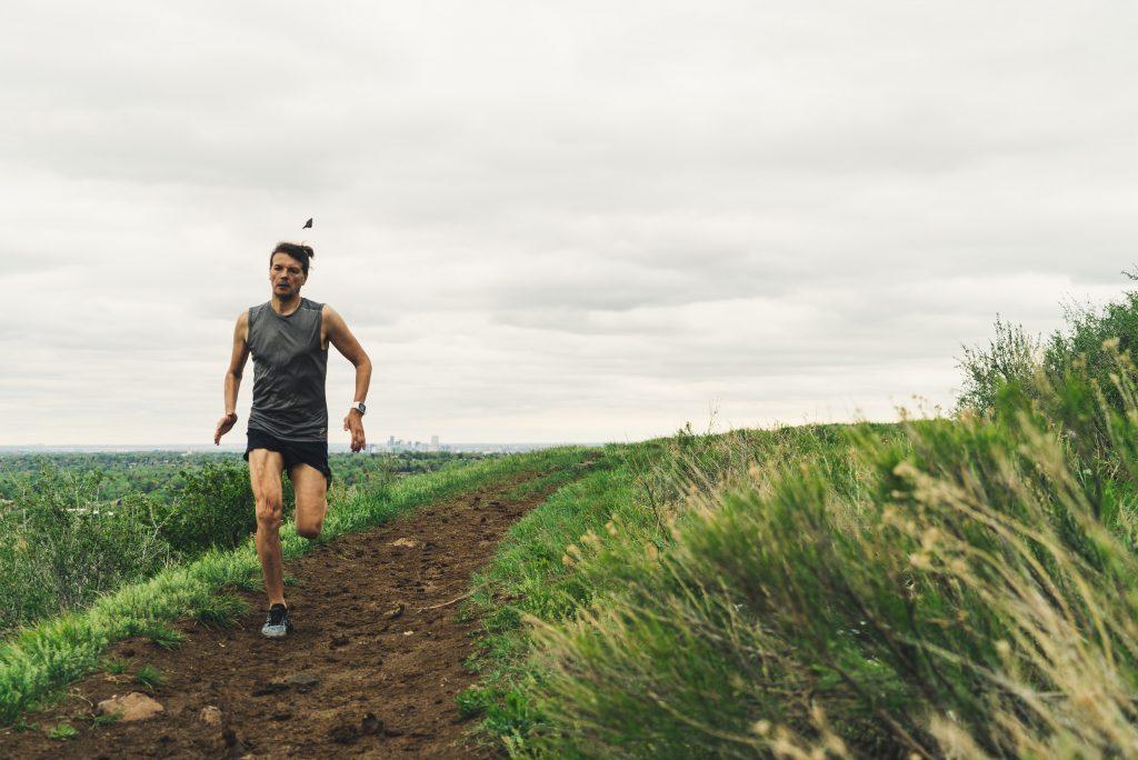 Homem correndo na terra.