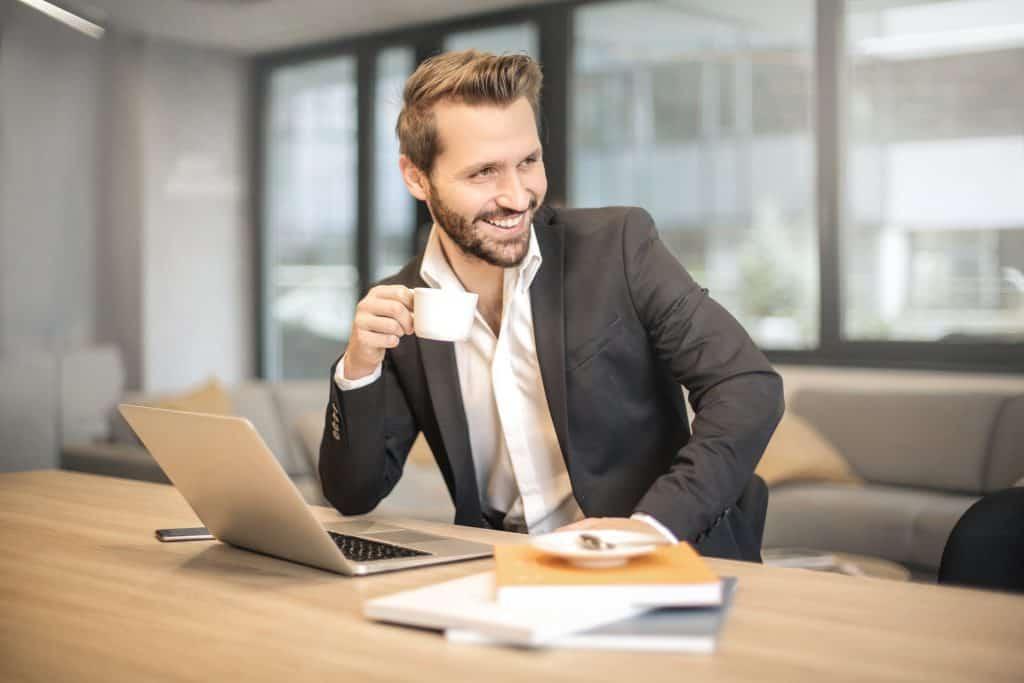 Imagem de um homem tomando café.
