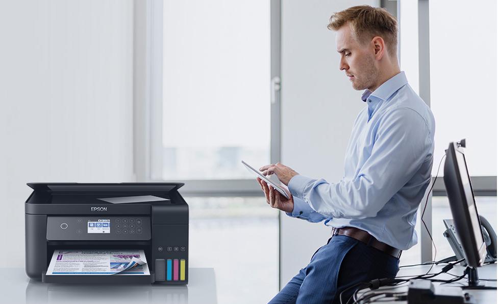 Imagem de um homem em seu escritório.