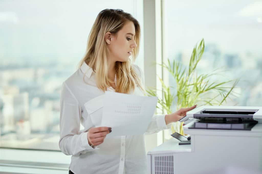 Imagem de uma mulher utilizando uma multifuncional.