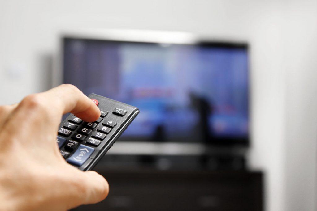 Ligando TV com controle.