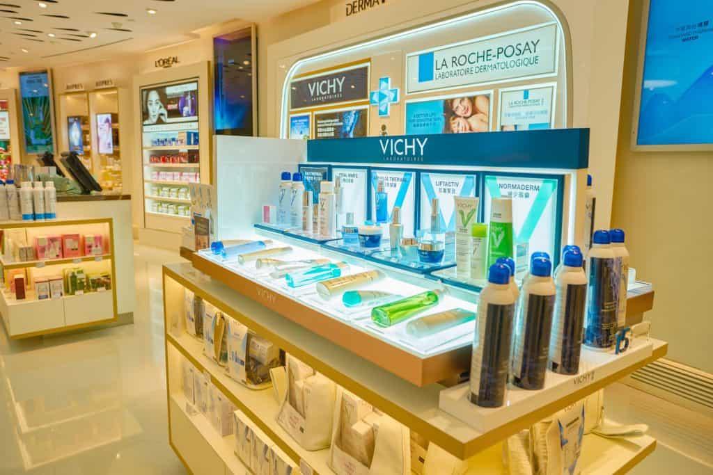 Estande da marca Vichy em loja de cosméticos.