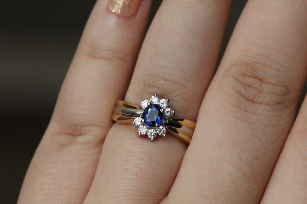 Imagem de um anel de formatura.