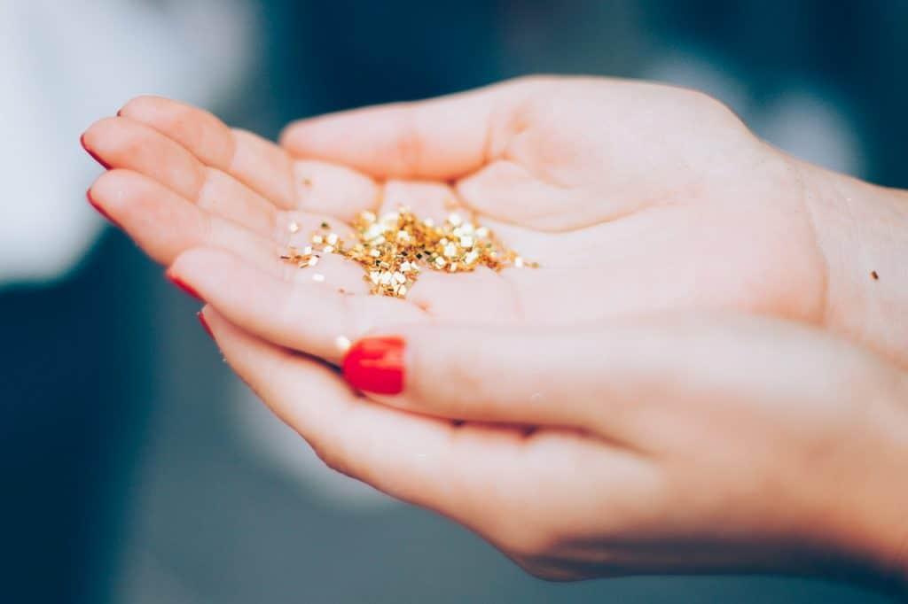 Imagem de pessoa segurando glitter biodegradável.