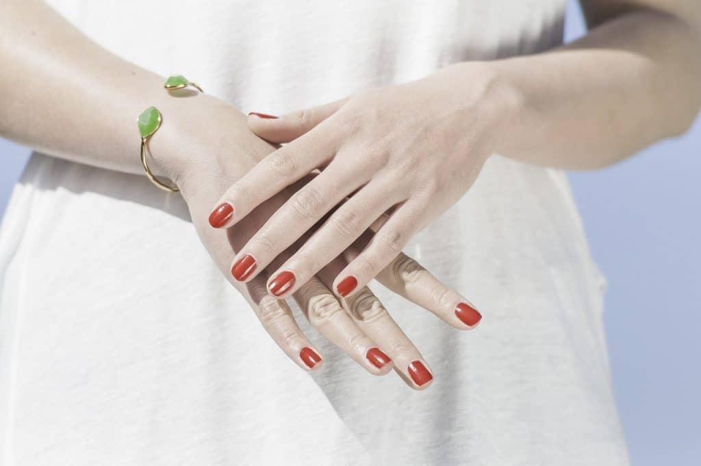 Mulher mostrando as unhas.