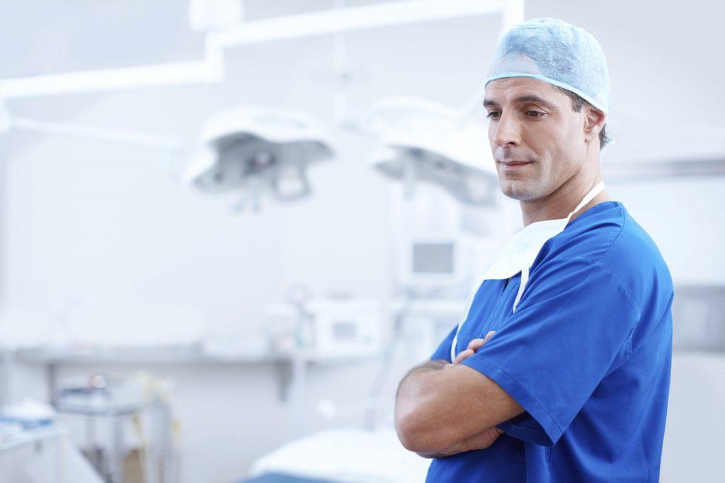 Na foto um homem dentro de uma sala de cirurgia.