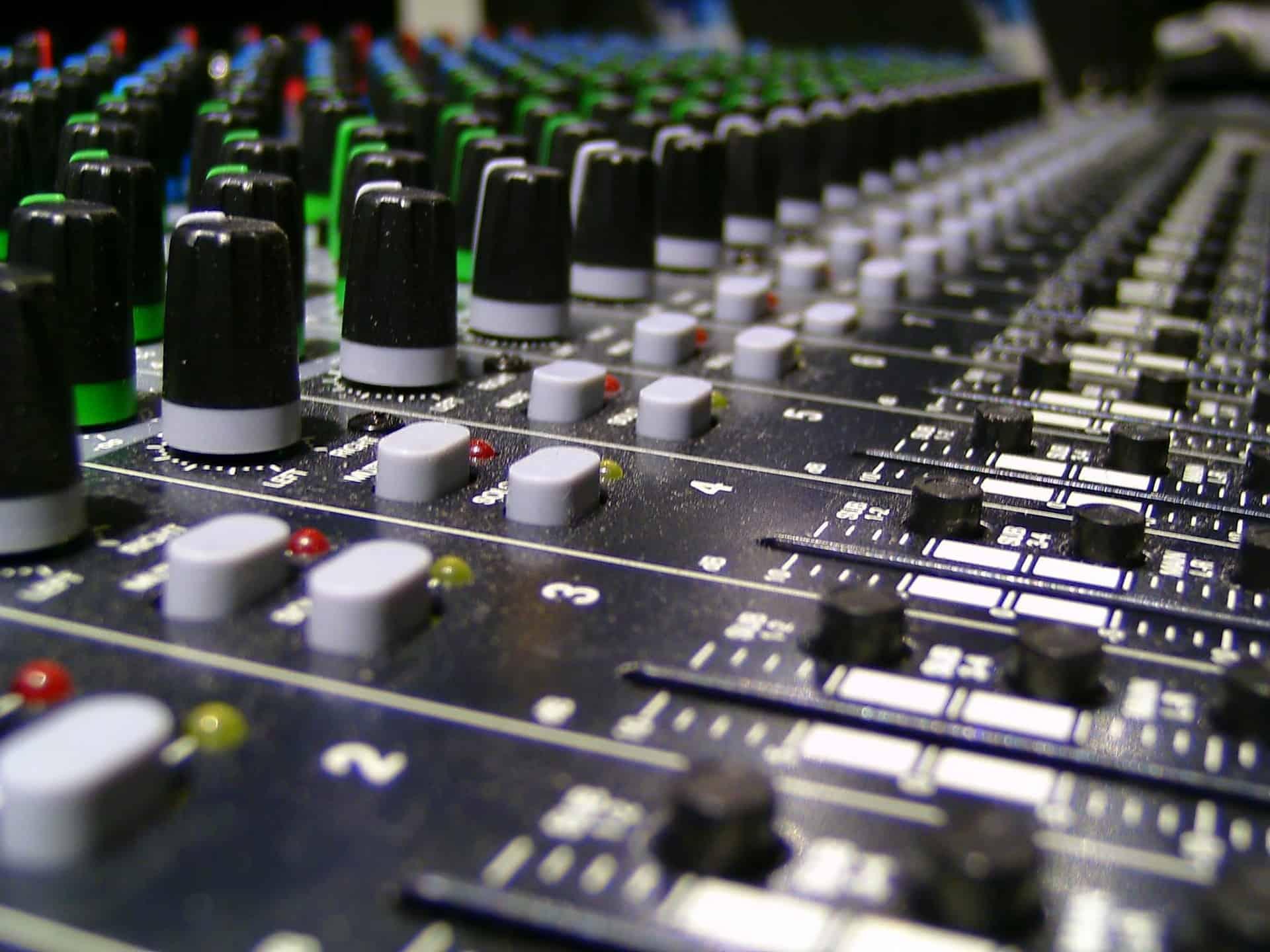 Imagem mostra em close botões de uma mesa de som.