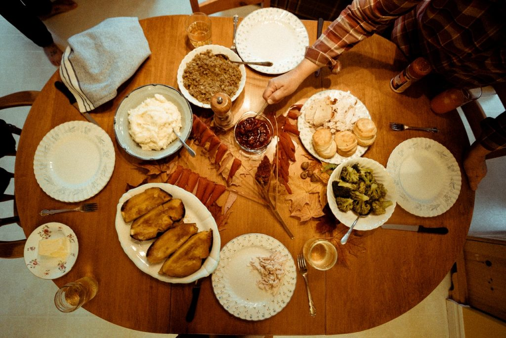 Mesa extensível oval com alimentos.