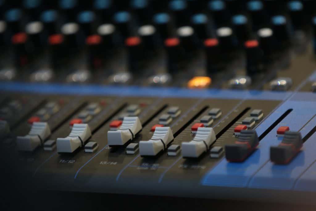 Imagem mostra em close uma mesa de som.