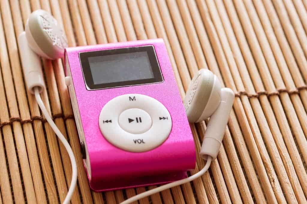 Um reprodutor MP3 com um fone conectado.
