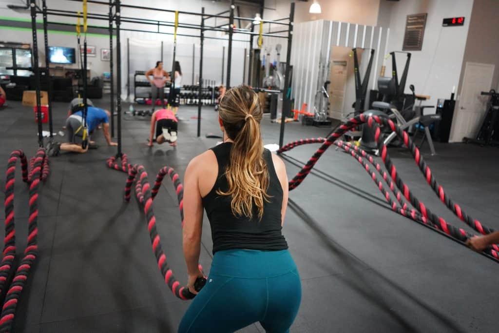 Mulher praticando exercícios na academia.