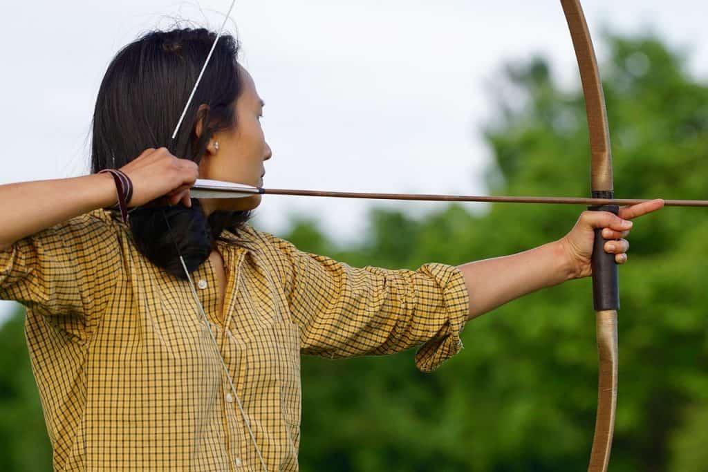 Mulher com arco e flecha.