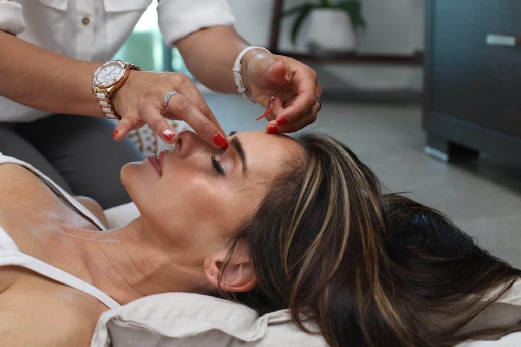 Imagem de uma mulher recebendo cuidados na pele.