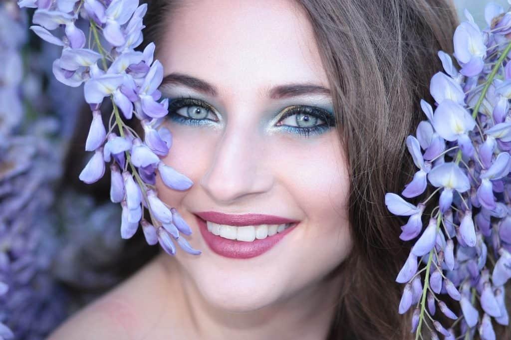 Imagem de uma pessoa com olhos azuis.