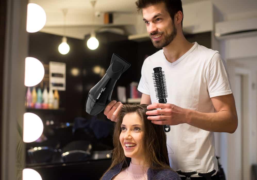 Imagem de um cabeleireiro conversando com uma cliente.