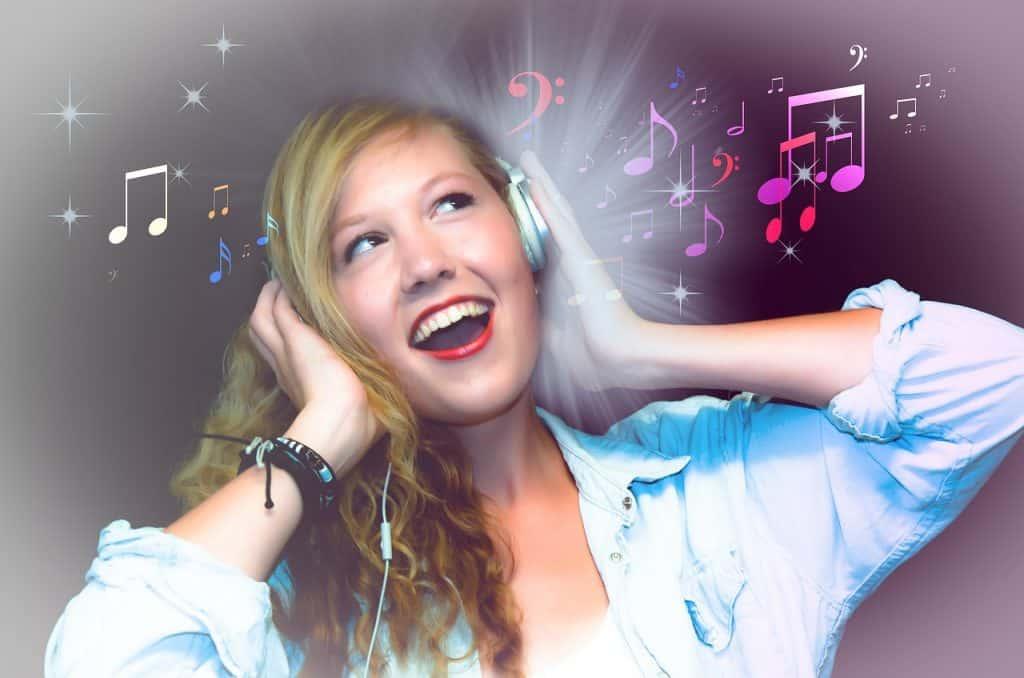 Uma mulher com fone de ouvido.