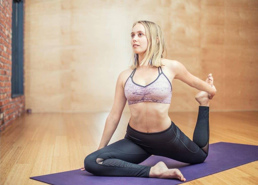 Imagem de uma mulher fazendo pilates.