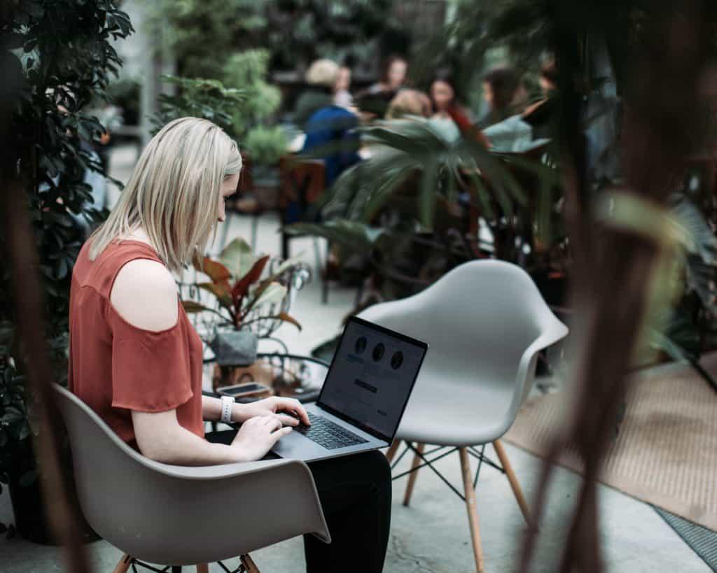 Imagem de uma mulher sentada em uma cadeira eiffel.
