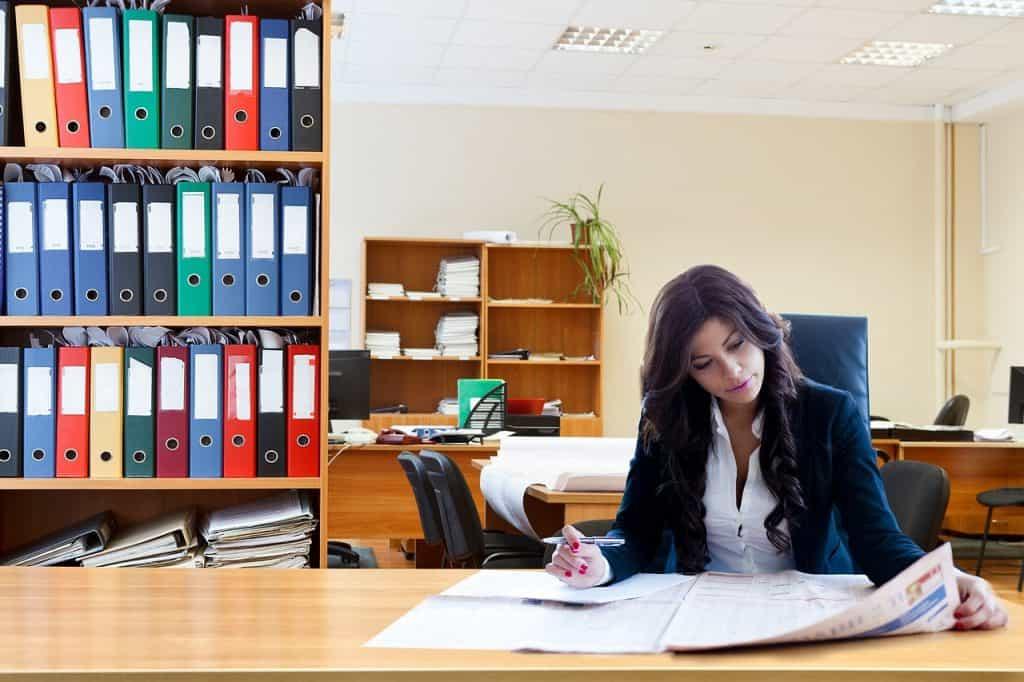 Mulher trabalhando vestida com blazer feminino.