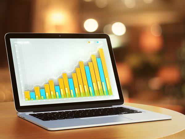Notebook com gráfico na tela.