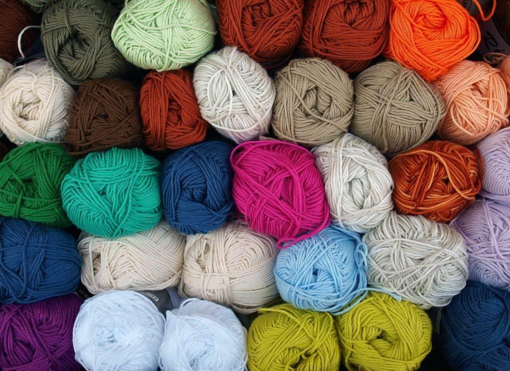 Imagem de novelos de lã.