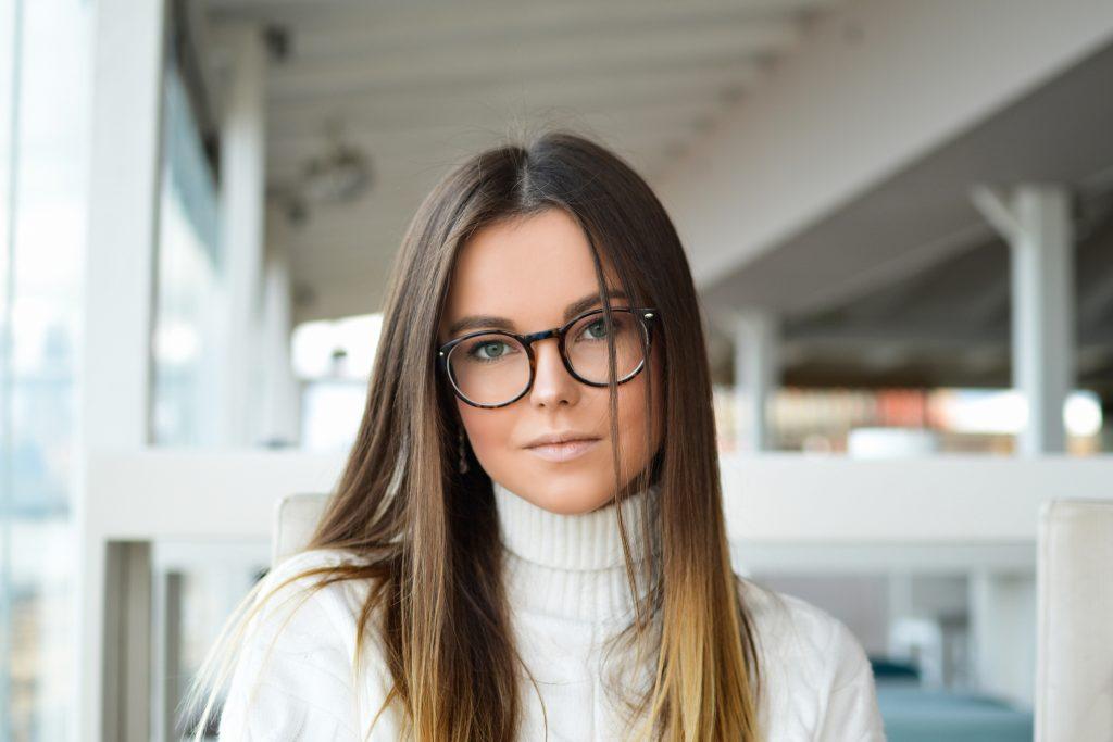 Imagem de uma moça usando óculos.