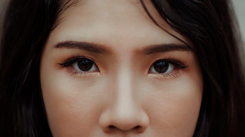 Imagem dos olhos de uma mulher asiática.