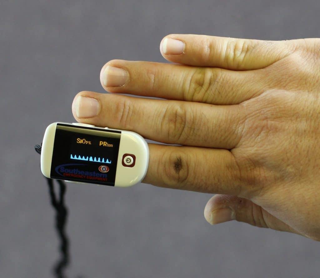 Oxímetro colocado no dedo.