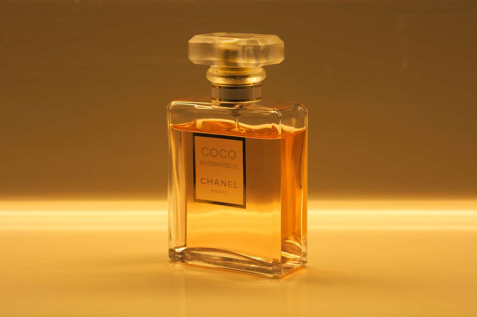 Frasco de perfume Chanel sobre fundo claro e iluminado.
