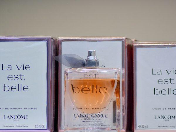 Imagem de três caixas e um vidro do perfume La vie est belle.