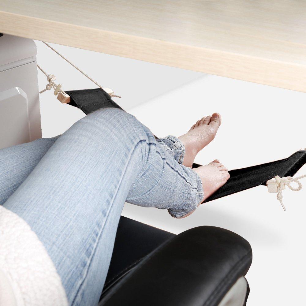 Pés de uma mulher apoiados em descanso de pés em formato de rede.