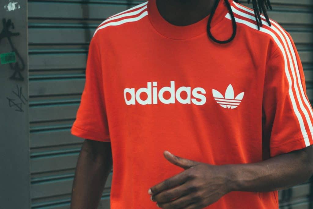 Imagem de uma camiseta Adidas laranja.
