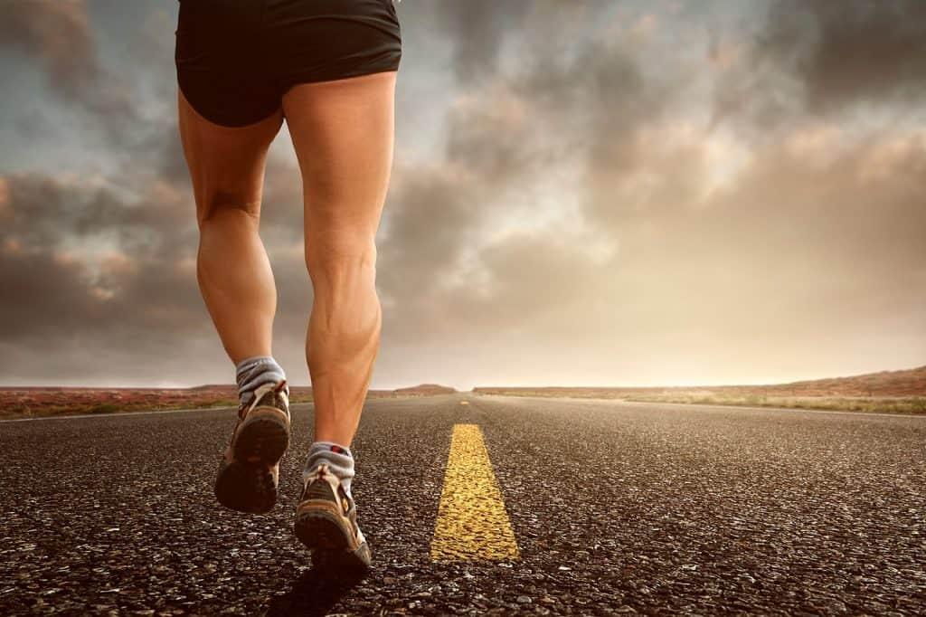 Homem correndo no asfalto.