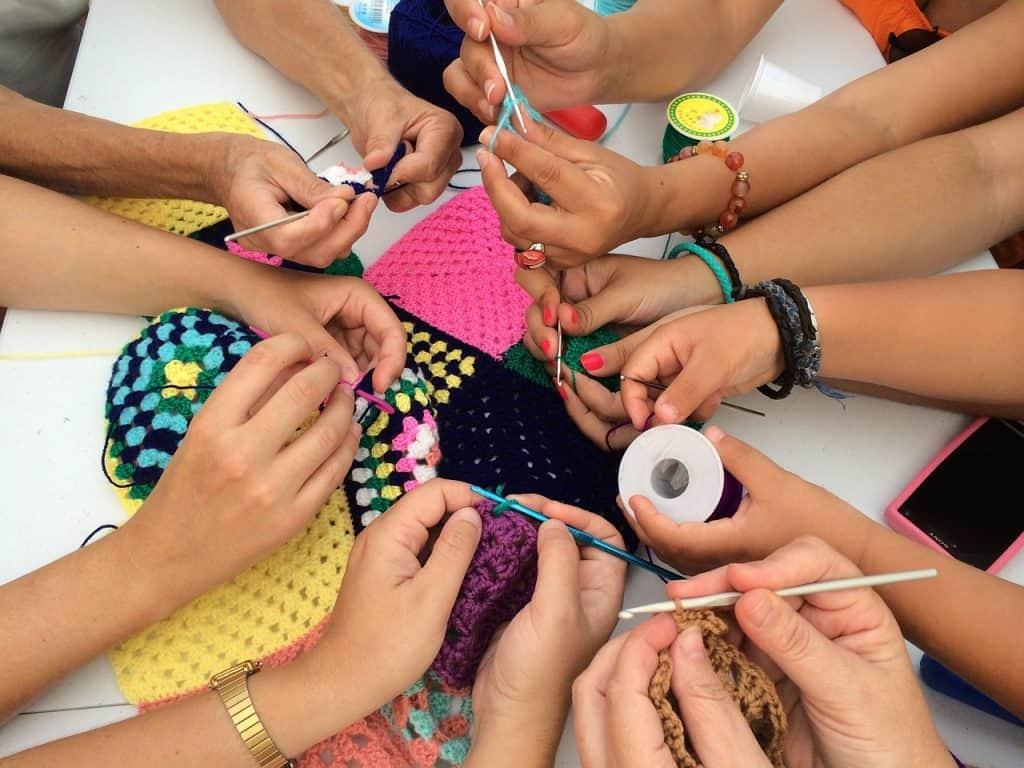 Imagem de mulheres fazendo crochê.