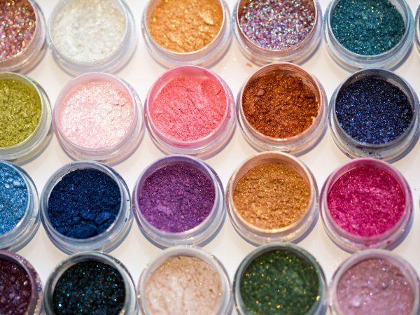 Foto mostra potinhos abertos com pigmentos das mais variadas cores.