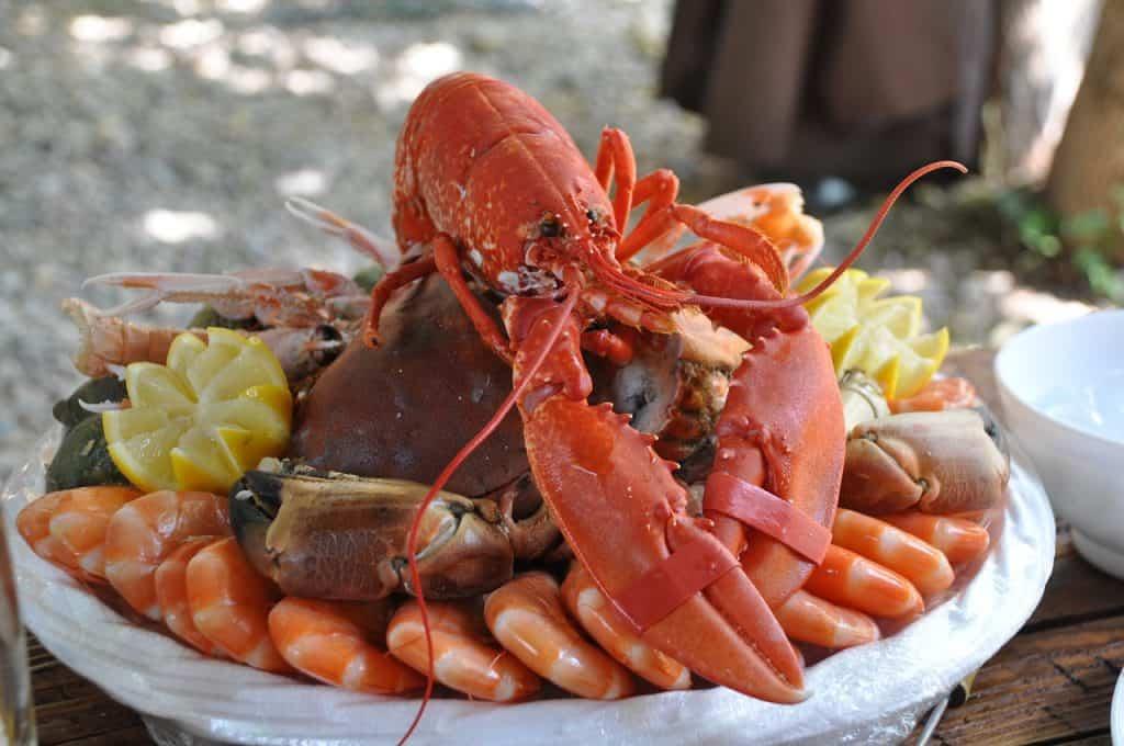 Prato de lagostin e camarão.