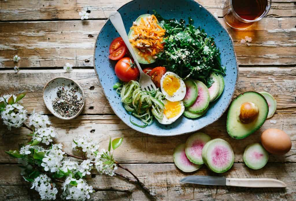 Imagem de um prato com alimentos saudáveis.