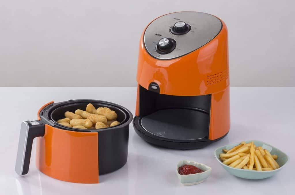 Imagem de alimentos em uma Air Fryer Mondial.