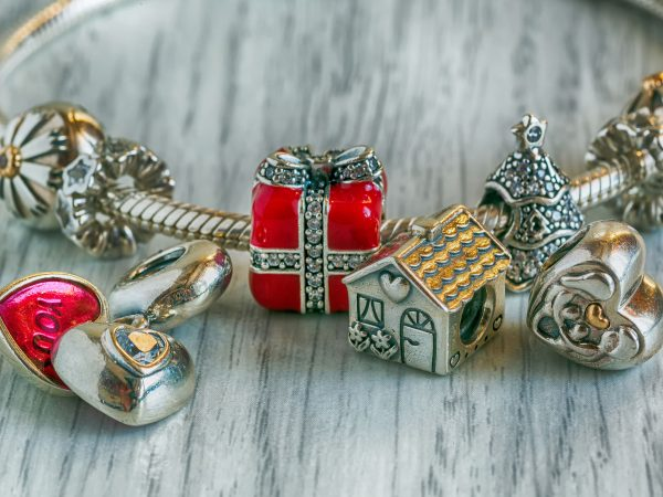 Imagem de pulseira com vários pingentes.