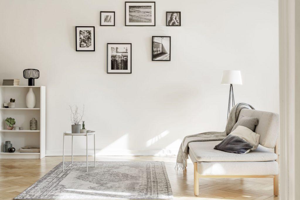 Sala de estar com quadros na parede.