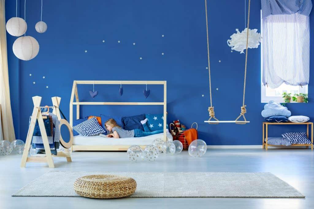 Quarto de criança com cama montessoriana.