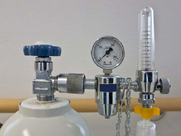 Um regulador de pressão de oxigênio.
