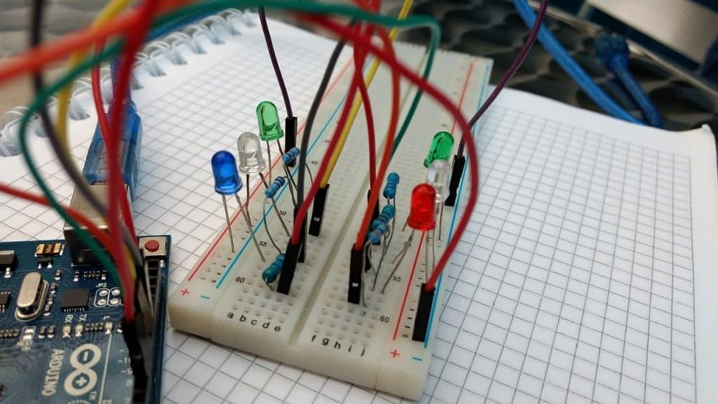 Imagem mostra um pequeno circuito elétrico montado sobre um caderno.