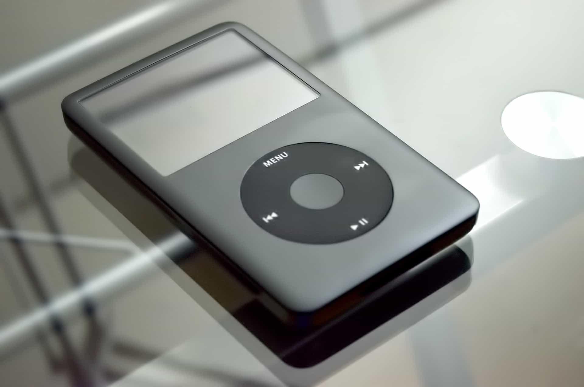 Um reprodutor MP3 acima de uma mesa de vidro.